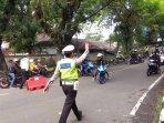 polisi-menghalau-wisatawan.jpg