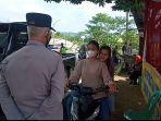 polisi-menghentikan-dan-memutarbalikkan-pengendara-sepeda-motor-yang-tidak-memakai-helm.jpg