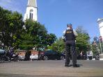 polisi-menjaga-keamanan-saat-misa-berlangsung-di-gereja-katedral_20180513_173242.jpg