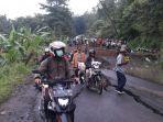 polisi-menutup-ruas-jalan-tomo-sumedang-desa-cireki-kecamatan-tomo-kabupaten-sumedang-_-1_20170307_111901.jpg