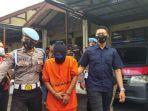 polisi-saat-menggiring-suami-yang-menyiksa-istrinya-di-mapolres-cimahi-rabu-2292021.jpg