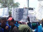 poster-mahasiswa-pengunjuk-rasa-di-depan-gedung-dprd-majalengka-3092019.jpg