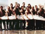 prajurit-amerika-serikat-memegang-oarfish-raksasa-sepanjang-7-meter.jpg