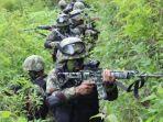 prajurit-tni-tengah-bekonsentrasi-saat-melakukan-pengintaian-di-kampung-jalai-intan-jaya-papua.jpg