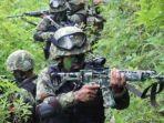 prajurit-tni-tengah-berkonsentrasi-saat-melakukan-pengintaian.jpg