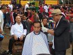 presiden-joko-widodo-dipangkas-rambutnya-oleh-herman-di-garut.jpg