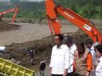 presiden-joko-widodo-tinjau-kampung-lapang-paris-bencana-garut_20160929_162142.jpg
