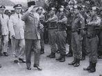 presiden-soekarno-dan-pasukan-cakrabirawa-yang-menjadi-pengawalnya.jpg