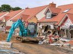 pria-ini-hancurkan-rumah-menggunakan-traktor_20180814_203149.jpg