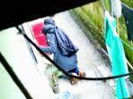 pria-misterius-di-tana-toraja-tertangkap-kamera-sedang-mengintip-anak-kos-ganti-baju.jpg