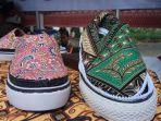 produk-fesyen-kretaif-sepatu-resleting-batik_20180421_181333.jpg