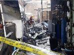 proses-pemadaman-api-dan-pendinginan-di-lokasi-kebakaran-yang-ada-di-jl-tera_20180709_212610.jpg