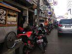 puluhan-kendaraan-roda-dua-parkir-di-bahu-jalan-depan-pasar-baru-kota-bandung_20181025_162933.jpg
