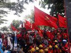 ratusan-buruh-saat-unjuk-rasa-di-jalan-raya-bandung-garut-rabu-20102020.jpg
