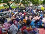 ratusan-kendaraan-terjebak-macet-di-jalur-jalan-nasional-akibat-demo-buruh.jpg
