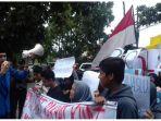 ratusan-mahasiswa-dari-pmii-kota-bandung-demo-di-bawaslu-jabar_20180130_214923.jpg