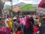 ratusan-warga-berdesakan-dalam-acara-adat-di-desa-nunuk-baru-kecamatan-maja-k.jpg