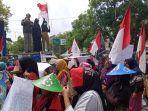 ratusan-warga-di-desa-mekarsari-patrol-indramayu-jatayu-demo-2.jpg