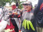 ratusan-warga-di-desa-mekarsari-patrol-indramayu-jatayu-demo.jpg