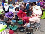 ratusan-warga-kampung-babakan-panjang-antre-air-bersih_20180808_005718.jpg