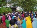 ratusan-warga-kampung-pasirwaru-dan-rekan-sejawat-mengantarkan-imas-mulyani.jpg