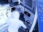 rekaman-cctv-pencurian-konter-handphone.jpg