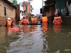 relawan-bpbd-ciamis-di-lokasi-banjir-perumahan-jati-asih-bekasi-jumat-312020-siang.jpg