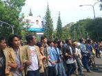 ribuan-mahasiswa-bandung-demo-di-dprd-jabar.jpg