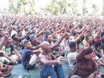 ribuan-orang-duduk-bersila-di-lapangan-apel-kantor-gubernur-papua.jpg
