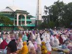 ruangan-masjid-agung-palabuhanratu-tidak-cukup-menampung-para-jemaah.jpg