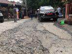 ruas-jalan-kaleci-di-jatigede-sumedang-rusak-parah-padahal-pusat-mangga-gedong-gincu.jpg