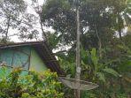 rumah-dengan-antena-tv-dekat-jaringan-listrik-di-palabuhanratu.jpg