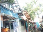 rumah-rumah-warga-rusak-akibat-bencana-angin-kencang-di-blok-sawah-sekotak.jpg