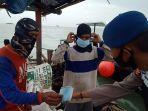 sambil-patroli-ditpolairud-polda-jabar-sosialisasikan-prokes-ke-nelayan-dan-abk.jpg