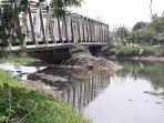sampah-menggunung-di-sungai-citarum-jalan-raya-bojongsoang-kabupaten-bandung_20171105_161954.jpg