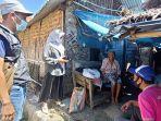 satgas-covid-19-desa-majakerta-indramayu-saat-blusukan-salurkan-bantuan-untuk-warga-kurang-mampu.jpg
