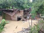 satu-rumah-di-indramayu-hancur-dihantam-luapan-sungai-cimanuk-begini-kondisi-penghuni-rumah.jpg