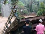 sebuah-jembatan-ambruk-di-cikatomas-kabupaten-tasikmalaya.jpg