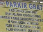 sebuah-spanduk-bertuliskan-parkir-gratis-indomaret-di-bekasi-jawa-barat-viral-di-media-sosial.jpg