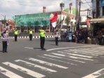 sejumlah-anggota-polisi-di-kabupaten-kuningan-menggelar-upacara-di-jalan-raya.jpg
