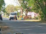 sejumlah-bocah-di-indramayu-ini-joget-di-tengah-jalan-adang-truk-aksi-berbahaya-belum-ditindak.jpg