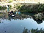 sejumlah-ibu-rumah-tangga-mencuci-di-sungai-sungalah_20180923_113010.jpg