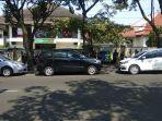 sejumlah-mobil-parkir-sembarangan-di-depan-pengadilan-negeri-bandung.jpg