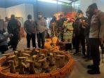 sejumlah-orang-menikmati-sebagian-karya-dalam-pameran-terracotta-triennale.jpg