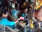sejumlah-pengunjung-melihat-produk-kerajinan-kulit-di-toko-creasygart-kampung-sukaregang_20180114_135506.jpg