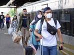 sejumlah-penumpang-saat-turun-dari-kereta-api-di-stasiun-cirebon-senin-7122020.jpg