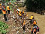 sejumlah-relawan-tengah-melakukan-bersih-bersih-di-sungai-cikeruh_20161128_135208.jpg