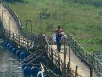 sejumlah-warga-melintasi-jembatan-kayu-papan-cangkorah.jpg