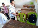 seorang-guru-di-sd-negeri-jatimunggul-1-rohendi-saat-menunjukkan-kursi-plastik.jpg