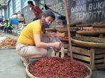 seorang-pelanggan-tengah-membeli-cabai-merah-di-pasar-tradisional-kota-sukabumi.jpg